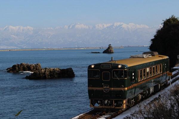 城端線・氷見線の観光列車「べるもんた」