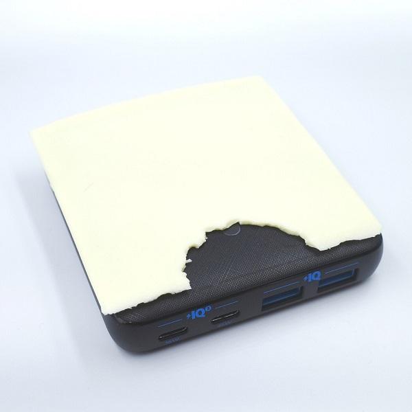 Anker「PowerPort Atom Ⅲ 63W Slim」オン・かじったスライスチーズ