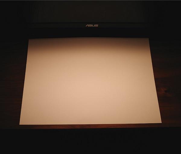 BenQ「WiT ScreenBar」ライト暖色を白い紙に