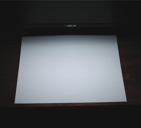 BenQ「WiT ScreenBar」ライト寒色を白い紙に