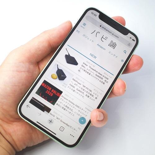 iPhone 12 miniを手で持った画像