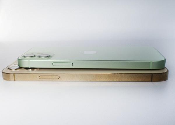 iPhone12 miniとiPhone12 proを重ねた画像