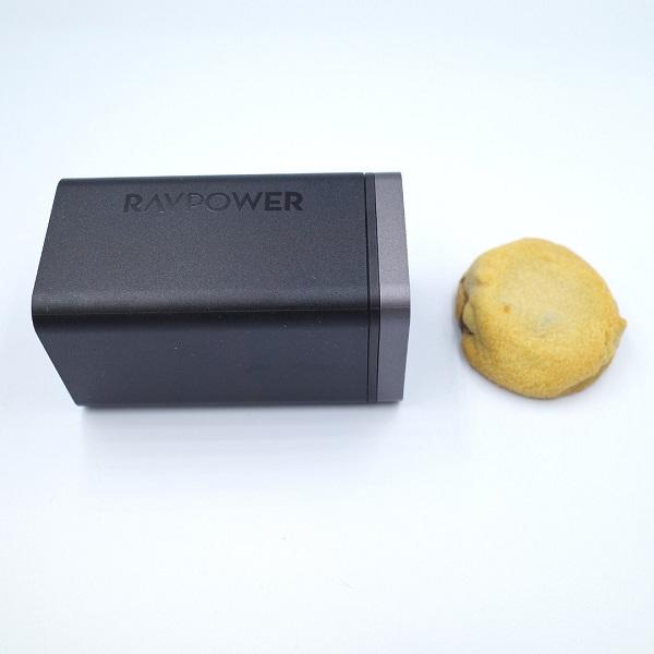 RAVPower「RP-PC136」正面とカントリーマアム(バニラ)