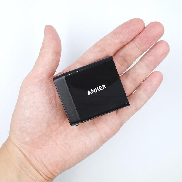 Anker PowerWave Sense Pad Alloy付属のAnker PowerPort+ 1のサイズ感