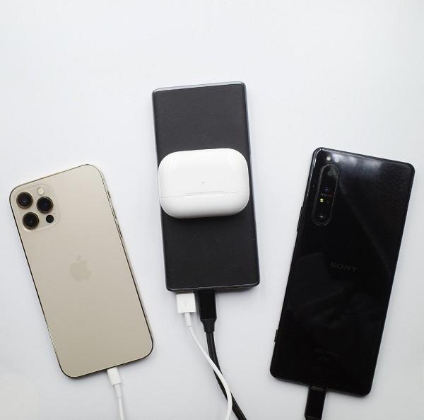 AUKEY Qi対応 10000mAh モバイルバッテリー PB-Y32で3デバイスを充電