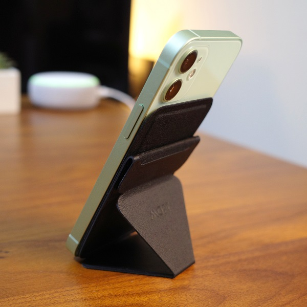 MOFT Snap-On Phone Stand & WalletブラックでiPhone12miniを縦置き(背面)