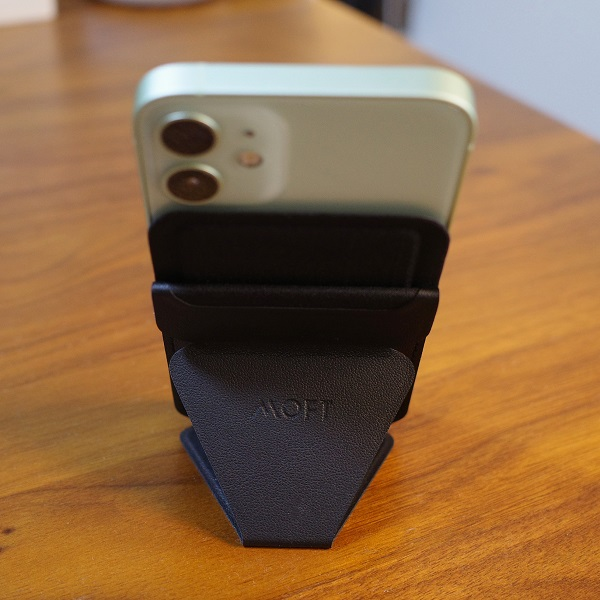 MOFT Snap-On Phone Stand & WalletブラックでiPhone12miniを縦置き(背面2)