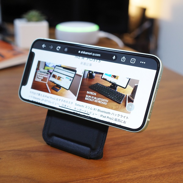 MOFT Snap-On Phone Stand & Walletブラックを縦にしてiPhone12miniを横向きに(正面)
