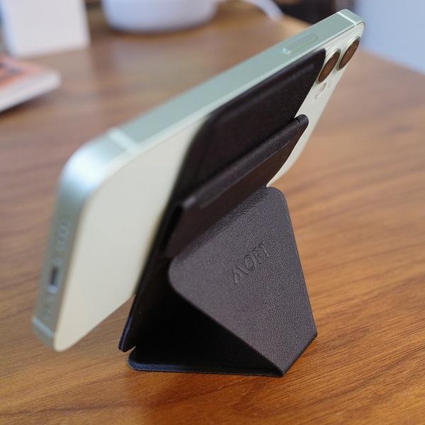 MOFT Snap-On Phone Stand & Walletブラックを縦にしてiPhone12miniを横向きに(背面)