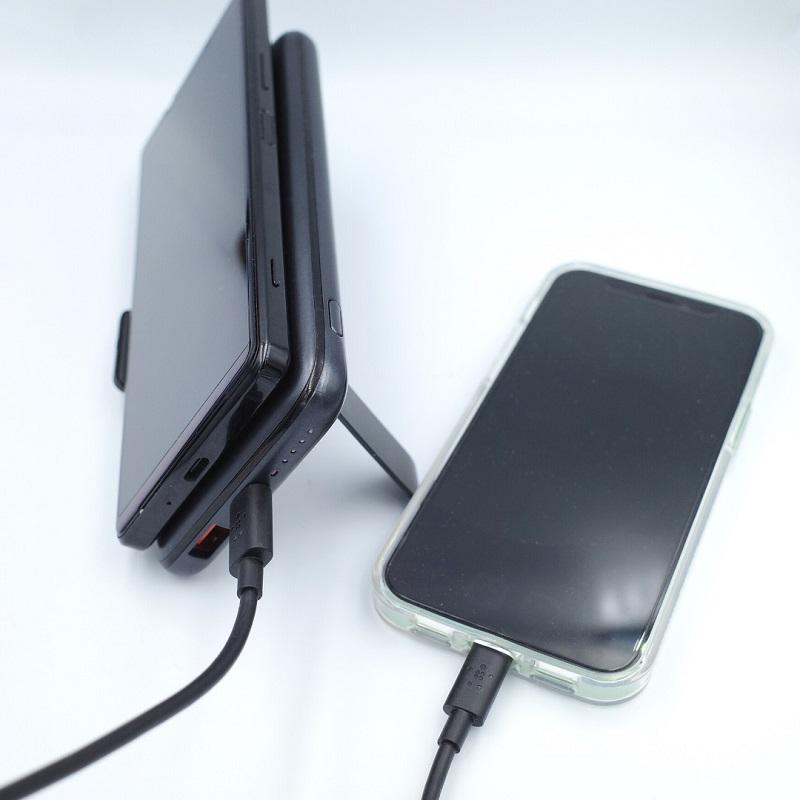 AUKEY PB-WL02でQiワイヤレス充電と有線USB-Cでスマホを2台同時充電