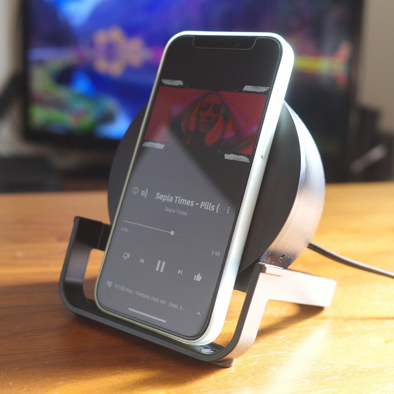 Belkin BOOST↑CHARGE Wireless Charging Stand 10W + Speakerにスマホを縦にセット