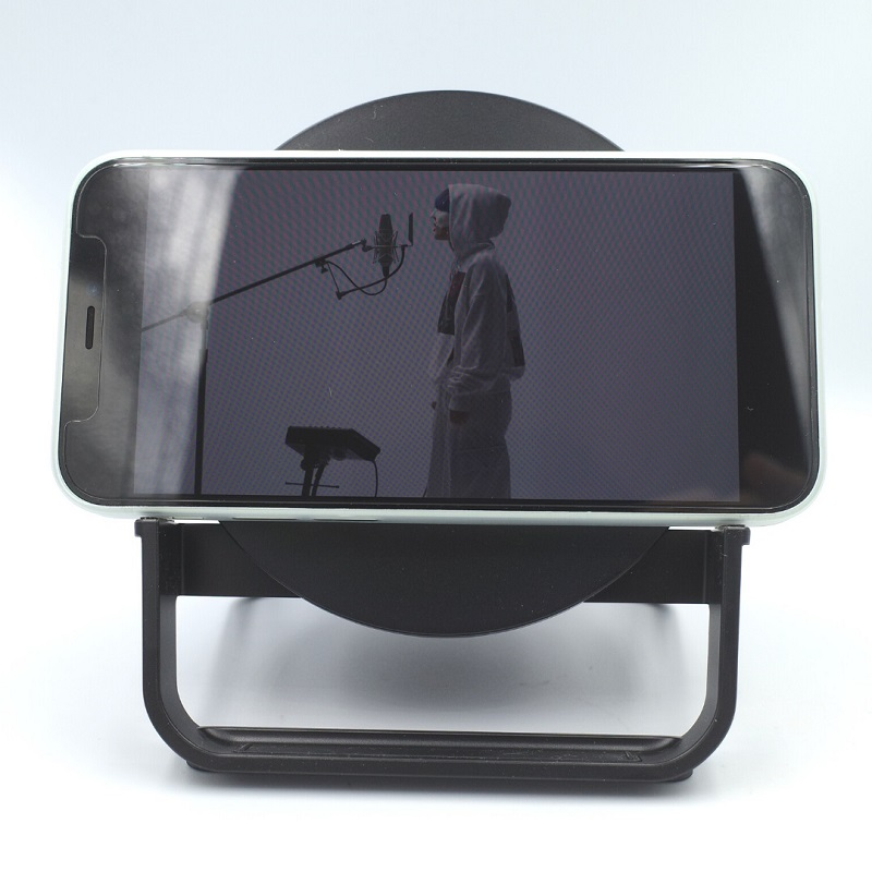 Belkin BOOST↑CHARGE Wireless Charging Stand 10W + Speakerにスマホを縦にセット(正面)