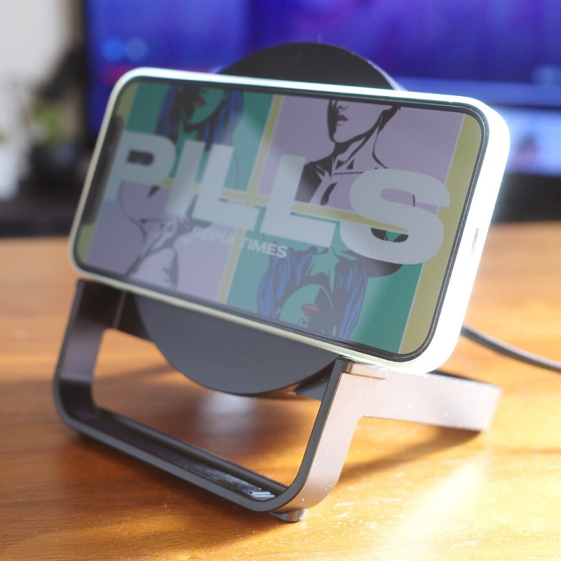 Belkin BOOST↑CHARGE Wireless Charging Stand 10W + Speakerにスマホを横にセット