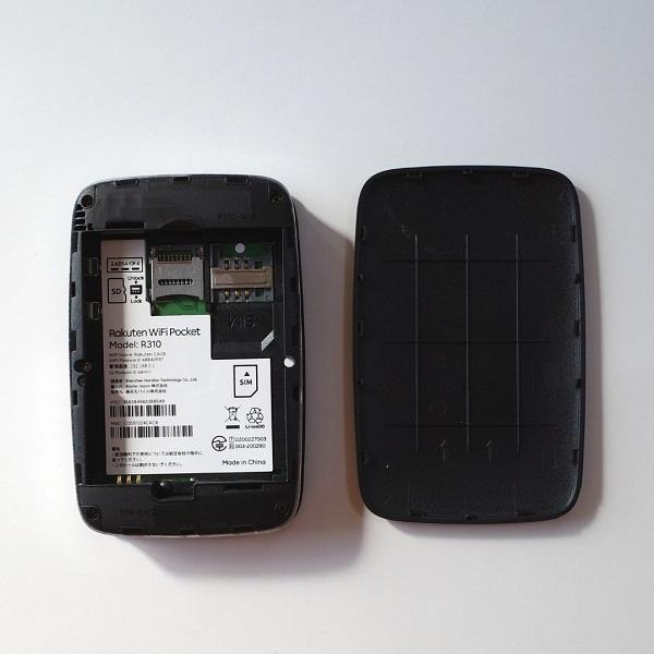 Rakuten WiFi Pocket本体背面ふたオープン