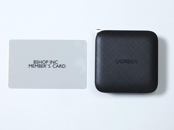 UGREEN 65W 4 Port 3C1A PD GaN Chargerとカードのサイズ比較