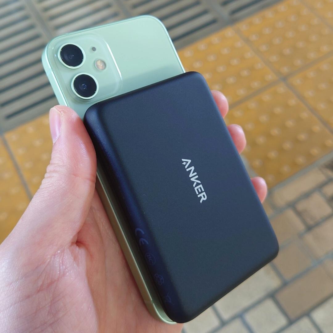 Anker PowerCore Magnetic 5000をiPhone12miniに装着して駅で使用