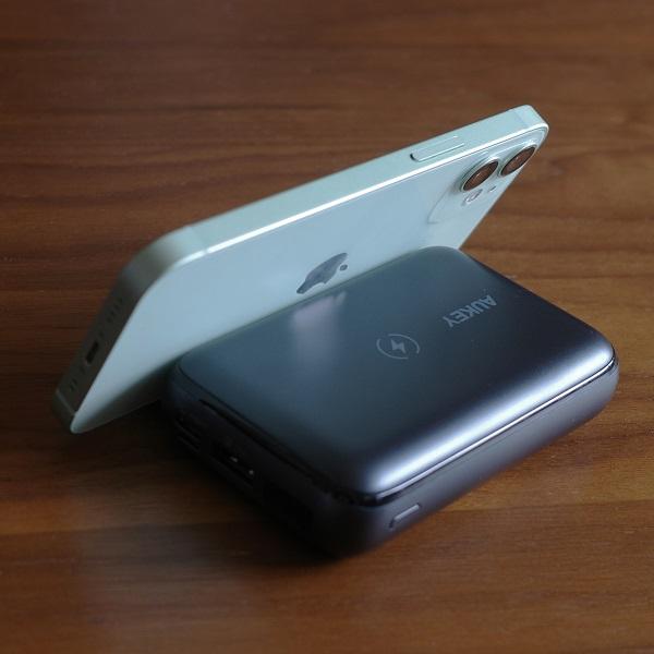 AUKEY Basix Pro Mini(PB-WL01S)のスタンド使用例(横置き)後ろから