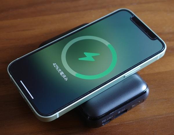 AUKEY Basix Pro Mini(PB-WL01S)でiPhone12miniをワイヤレス充電(横置き)