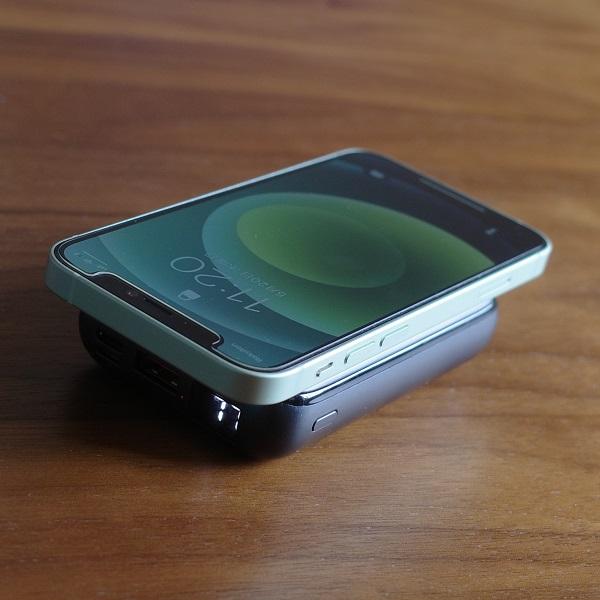 AUKEY Basix Pro Mini(PB-WL01S)でiPhone12miniをワイヤレス充電(縦置き)