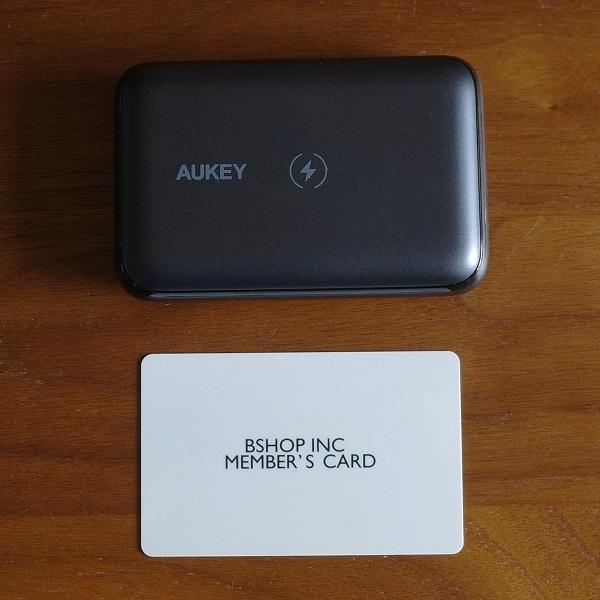 AUKEY Basix Pro Mini(PB-WL01S)とカードの比較