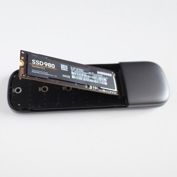 UGREEN M.2 NVMe SSD 外付けケースにM.2 SSDを挿入